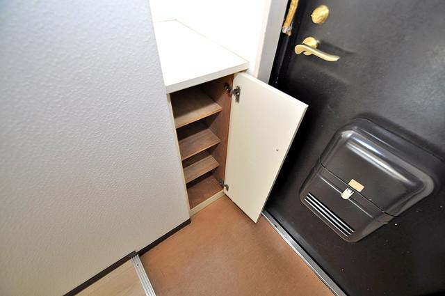 ロイヤル巽 玄関にはコンパクトながらシューズボックスもありますよ。