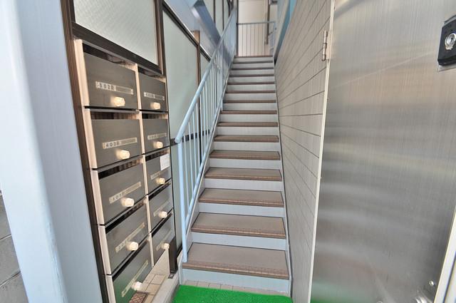 八千代ハイツ 2階に伸びていく階段。この建物にはなくてはならないものです。
