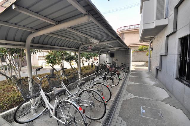 コートビュータワー 屋根付きの駐輪場は大切な自転車を雨から守ってくれます。