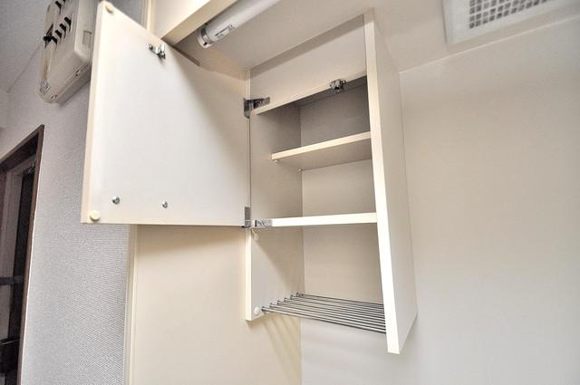 アクアオース キッチン棚も付いていて食器収納も困りませんね。