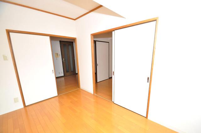 クリスタルアーク 贅沢な広さのリビングはゆったりくつろげる空間です。