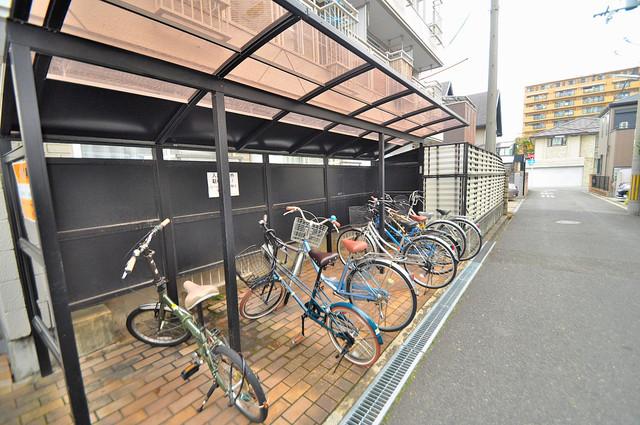 メゾン朝日八戸ノ里 敷地内にある専用の駐輪場。雨の日にはうれしい屋根つきです。
