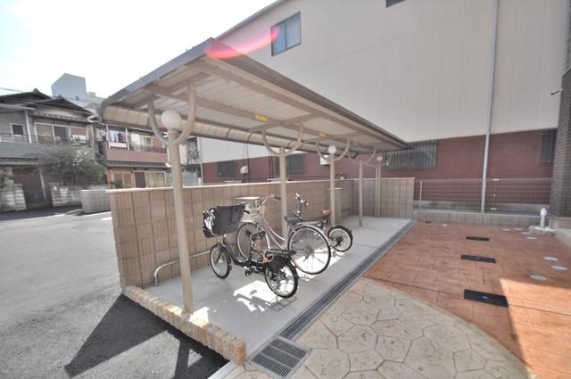 ラヴィエベル 敷地内にある専用の駐輪場。雨の日にはうれしい屋根つきです。