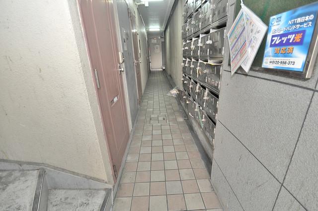 ファースト田島 玄関まで伸びる廊下がきれいに片づけられています。