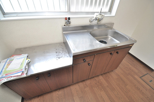近江堂1-11-9 貸家 シンプルなキッチンです。あなた好みのコンロを置いてくださいね。