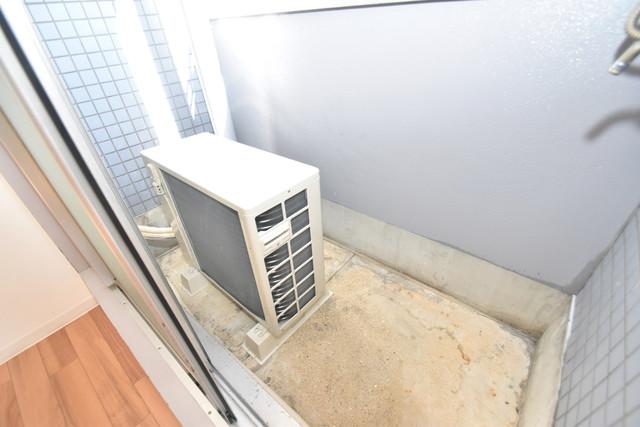 ゴッドフィールドⅢ 単身さんにちょうどいいサイズのバルコニー。洗濯機も置けます。