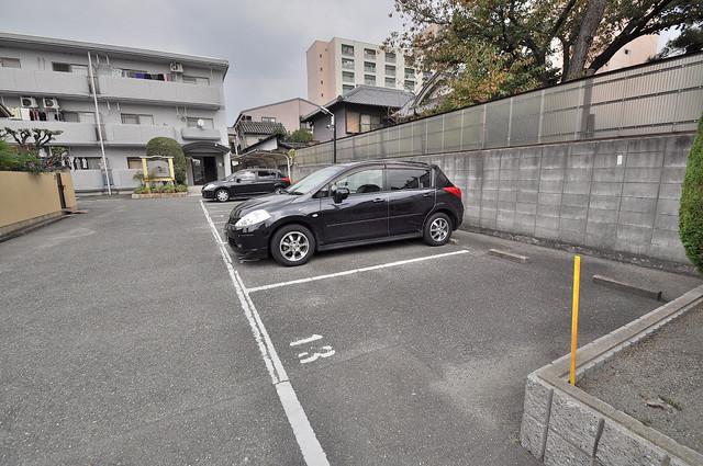 ファミール上小阪 敷地内にある駐車場。愛車が目の届く所に置けると安心ですよね。