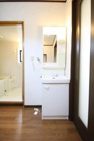 https://image.rentersnet.jp/2badca07-b626-4aa7-8c89-7c07077f1d44_property_picture_2988_large.jpg_cap_洗面台の脇に洗濯機を置きます