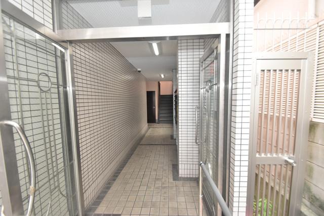 スマイルハイツ巽東 玄関まで伸びる廊下がきれいに片づけられています。