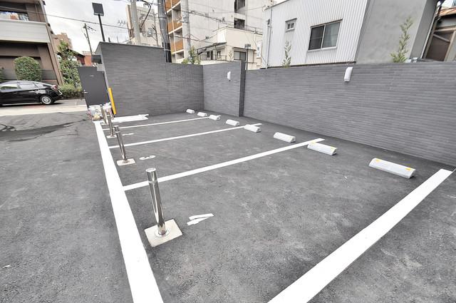 レジュールアッシュOSAKA新深江 敷地内にある駐車場。愛車が目の届く所に置けると安心ですよね。
