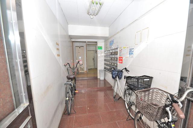 キャピタル今里 玄関まで伸びる廊下がきれいに片づけられています。