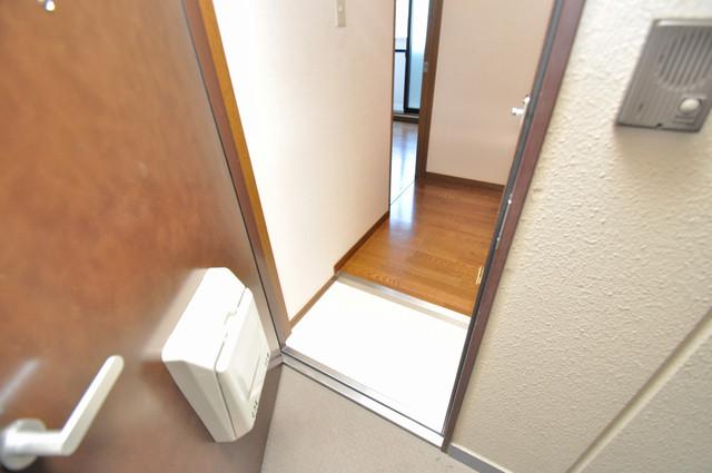 グランドール永和 玄関に入るとリビングから一直線、明るい光が差し込みます。
