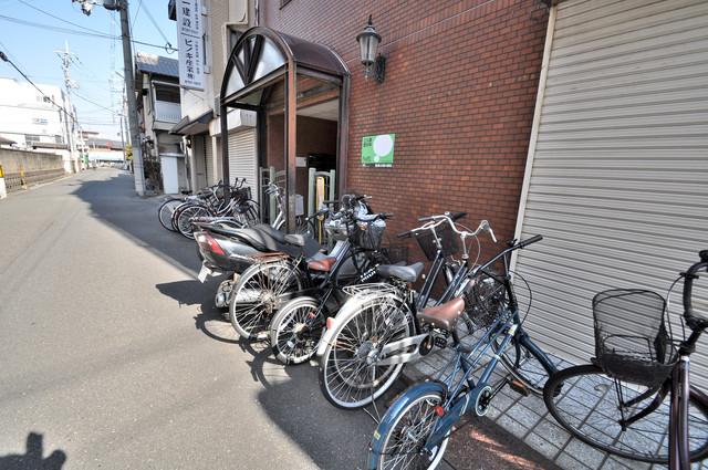 アペックスハイツ・ユニ こちらにみなさん自転車を置いています。