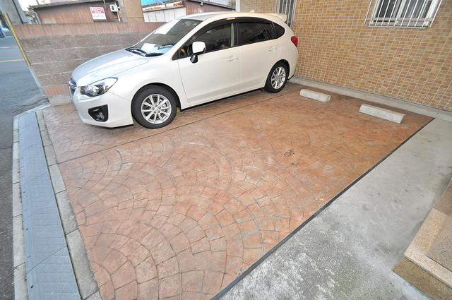 Celeb西上小阪 敷地内にある駐車場。愛車が目の届く所に置けると安心ですよね。