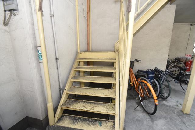 サンレイディアンスOKUDA 2階に伸びていく階段。この建物にはなくてはならないものです。