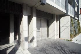 https://image.rentersnet.jp/2e995d87b4beee231b2a825e6a074c28_property_picture_2987_large.jpg_cap_エントランス