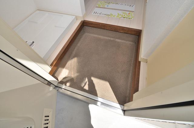 ビオス中小阪 玄関に入るとリビングから一直線、明るい光が差し込みます。