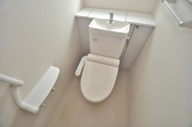 シャーメゾンアマヤハイツ 広いトイレはウォシュレット完備で、収納も充実しています。