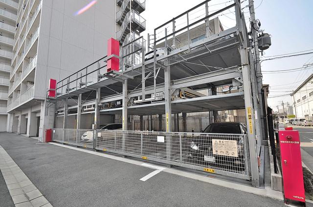 Gransisu Takaida 1階には駐車場があります。屋根付きは嬉しいですね。