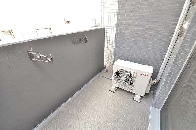 レジュールアッシュOSAKA新深江 広めのバルコニーは風通しが良く、洗濯物もよく乾きそうです。