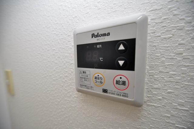 コンドミニアム太平寺 給湯リモコン付。温度調整は指1本、いつでもお好みの温度です.