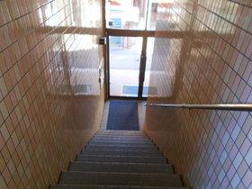 2階の階段上から見たエントランス