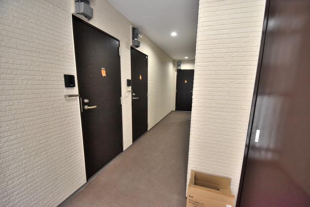 Lumiere長瀬Ⅱ(ルミエール) 玄関前の共有部分。周辺はいつもキレイに片付けられています。