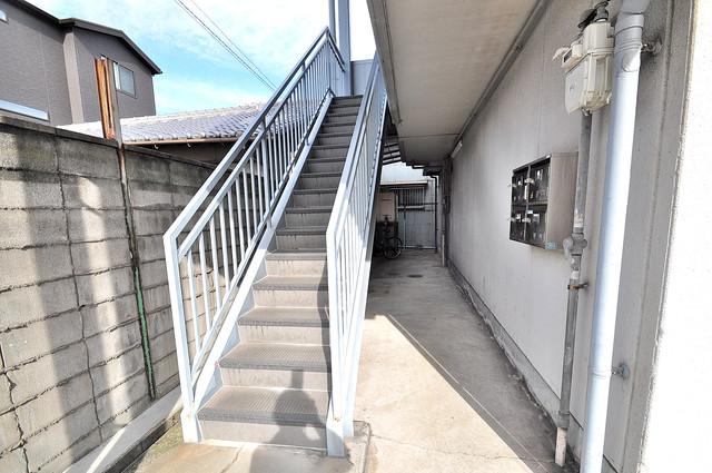 ハピネスビル この階段を登った先にあなたの新生活が待っていますよ。