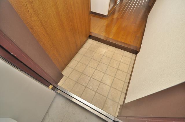 グランシャトレー DAIWA 玄関に入るとリビングから一直線、明るい光が差し込みます。