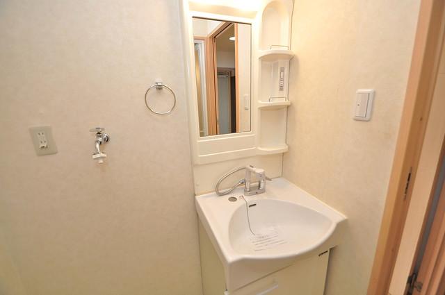 Celeb布施東 人気の独立洗面所にはうれしいシャンプードレッサー完備です。