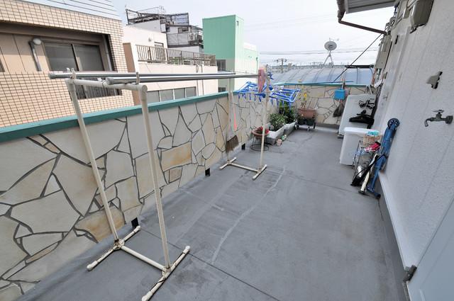 大宝レッドマンション 部屋の前には共同の洗濯物干すスペースもあります。
