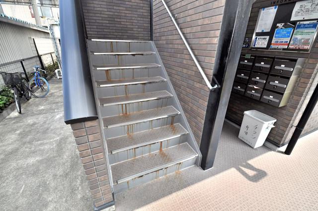 アンプルールフェールヴァンクール この階段を登った先にあなたの新生活が待っていますよ。
