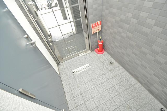 プチコート今里 玄関まで伸びる廊下がきれいに片づけられています。