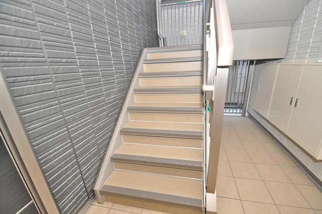 シャーメゾンプランタン 2階に伸びていく階段。この建物にはなくてはならないものです。