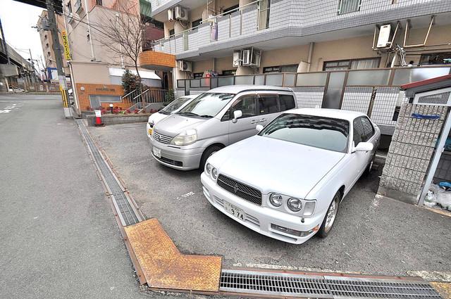 ダイヤモンドメゾン高井田 敷地内にある駐車場。愛車が目の届く所に置けると安心ですよね。
