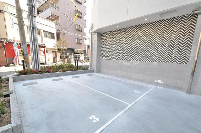 パラゴン布施駅前 敷地内にある駐車場。愛車が目の届く所に置けると安心ですよね。