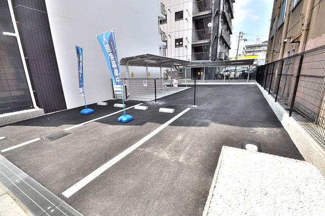 ベルンガーデン巽 1階には駐車場があります。屋根付きは嬉しいですね。