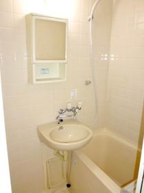 洗面器と洗面キャビネットのある浴室は追い焚きができます