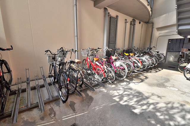 エレガンス川上 屋根付きの駐輪場は大切な自転車を雨から守ってくれます。