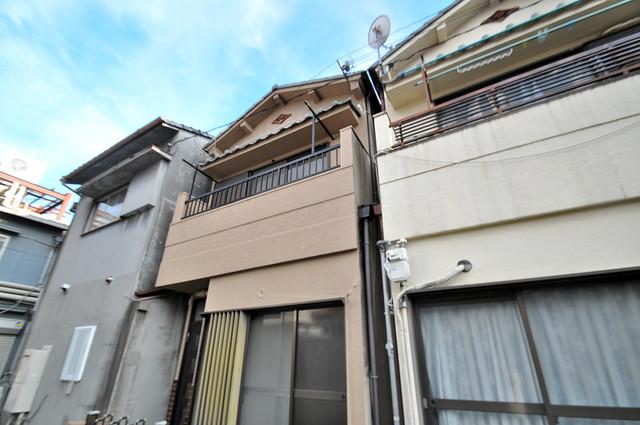 ビーフォレスト尼崎KANNAMI 閑静な住宅街にある、2階建ての建物です。