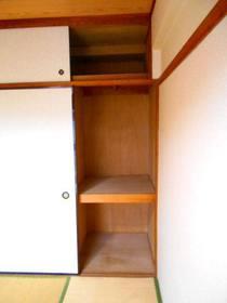 玄関から見て左側の和室にある半間分の押入れ