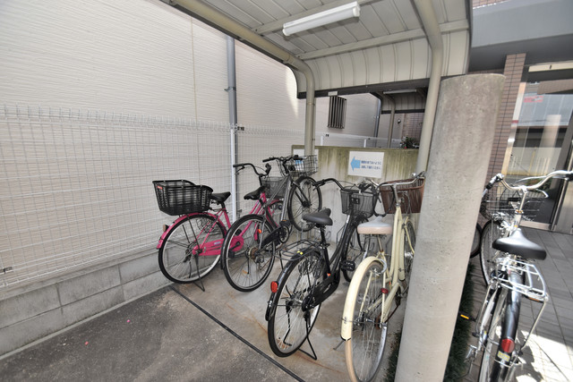 メゾンルミエール 敷地内にある専用の駐輪場。雨の日にはうれしい屋根つきです。