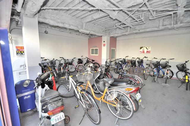 ルネッサンスシャレード 屋内にある駐輪場は大切な自転車を雨から守ってくれます。