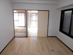 キッチンから見た南面の洋室と和室