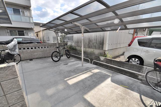 シャーメゾン友井 屋根付きの駐輪場は大切な自転車を雨から守ってくれます。