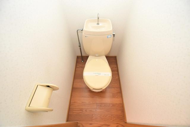 エステートピアナカタA棟 スタンダードなトイレは清潔感があって、リラックス出来ます。