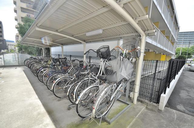 Social Village(ソシアル ビレッジ) 屋根付きの駐輪場は大切な自転車を雨から守ってくれます。