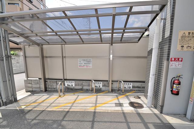 ゼファー東大阪 屋根付きの駐輪場は大切な自転車を雨から守ってくれます。