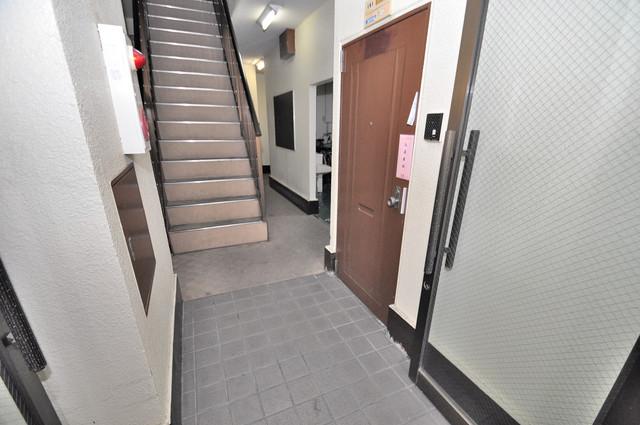 川辺287ビル 玄関まで伸びる廊下がきれいに片づけられています。