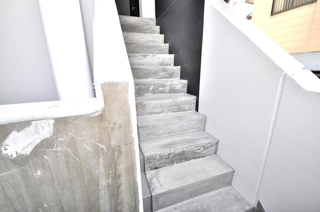 Amabile小路 この階段を登った先にあなたの新生活が待っていますよ。